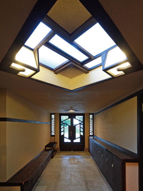 画像: ホールの玄関は天井が極端に低い。そのためホールに入った瞬間に強く空間の広がりを感じられる