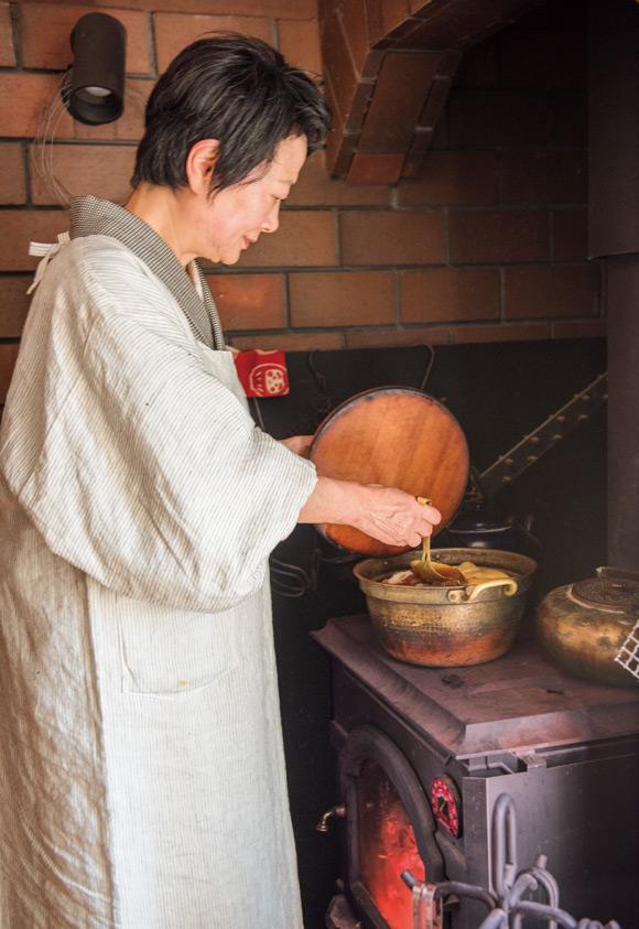 画像: 薪ストーブの上で煮込むと、本当においしくなります。だから、ストーブの上は、いつも鍋でいっぱい。室内も加湿されていいこと尽くし