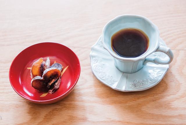 画像: ある冬の日のコーヒーのお供は、自家製の干し柿。季節をしみじみと感じる時間です。コーヒー豆をミルで挽くのは、夫の大切な仕事。