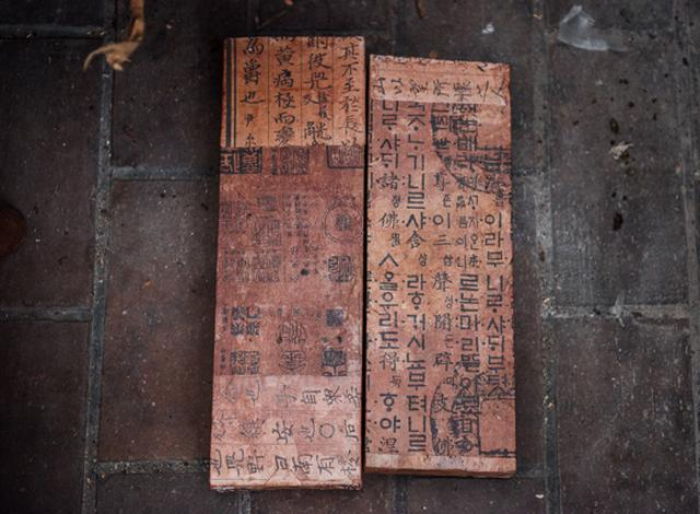 画像: 木片に柿渋で染めた紙を巻いて足台に