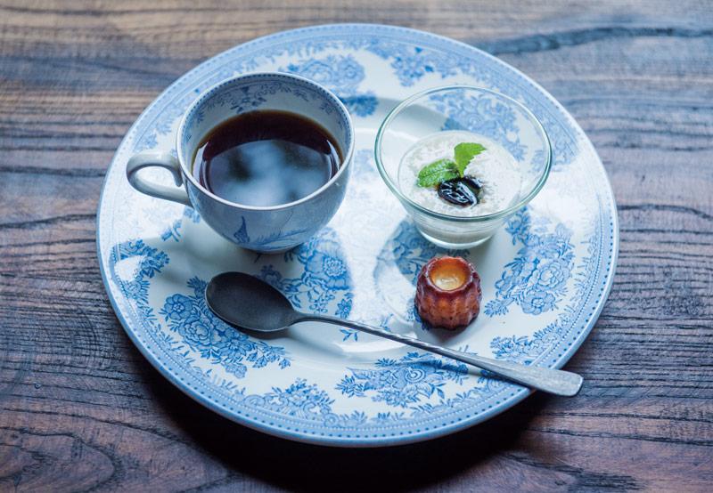 画像: ある日のコーヒータイム。日本酒で漬けたドライプルーンに甘糀を合わせ、ミントを添えて、カヌレとともに。