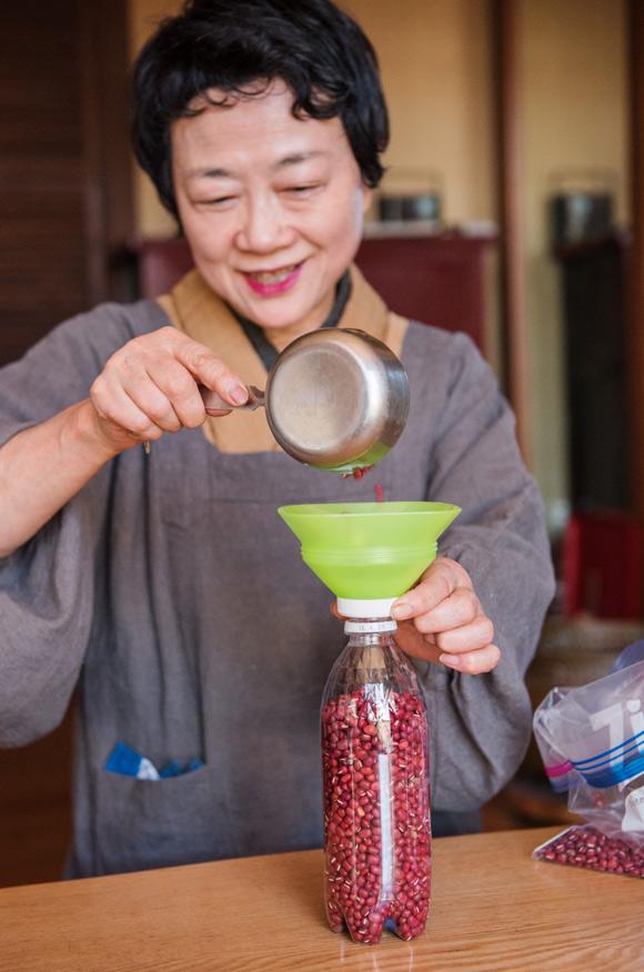 画像: 子どもや孫たちが置いていったペットボトルに豆を詰めておきます。密閉できて虫がわかないので安心です。必ず詰めた日を書いておきます。