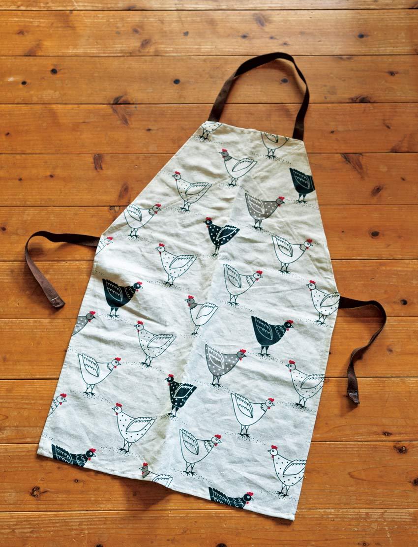 画像: にわとり柄のクロスは安曇野の雑貨屋さんで。上部を内側に折って縫い、ひもを付けただけと、とっても簡単。