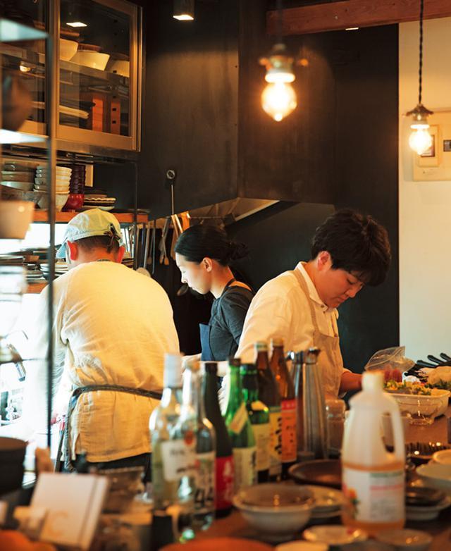 画像: 「ヒバリ」の厨房に料理家が3人も入るという、珍しく、贅沢な光景。それぞれ真剣に料理をつくっています