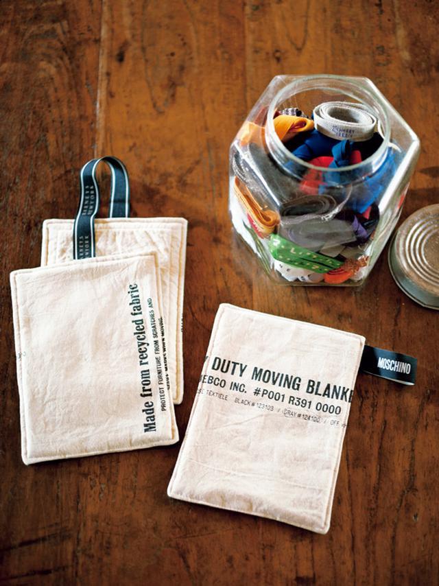 画像: 鍋つかみは、雑貨を買ったときの包装の布に綿を入れ、ポイントにブランドのリボンを使った。