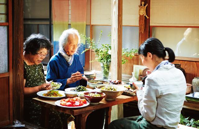 画像: 川口さん、洋子さん、摩紀さんとで縁側の食卓を囲むひと時。「洋子さんのお料理がおいしいから、いつもここでいただくのが楽しみ」と笑う摩紀さん