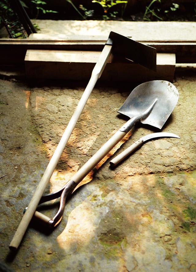 画像: 鍬、鎌、スコップが自然農の三種の神器。「機械よりずっと能率がいい」