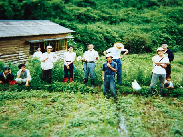 画像: 「赤目自然農塾」を立ち上げたころ。耕作放棄地を皆で開墾し、あっという間に美しい棚田がよみがえった。中央が川口さん