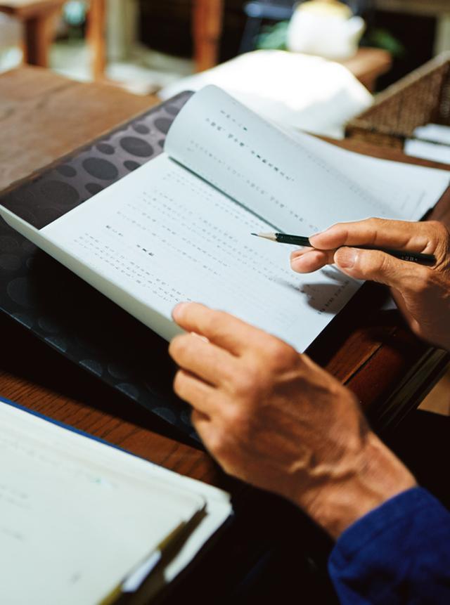 画像: 午後は新著の執筆に時間を割く。長男夫婦も製作に関わっているそう