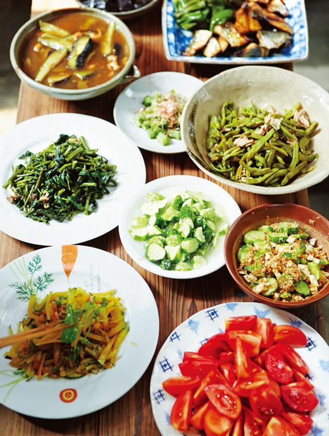 画像: ピーマンと万願寺唐辛子の煮びたし、きゅうりと薄揚げのごまあえ、空芯菜やズッキーニの炒めもの、いんげんと豚肉の炒め煮など、野菜が引き立つ、いい塩梅の味つけ