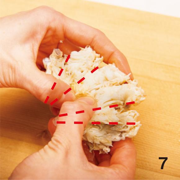 画像: 7 胴の付け根の軟骨を、ひとつひとつ、手で軽く割って広げ、身を外しやすくする