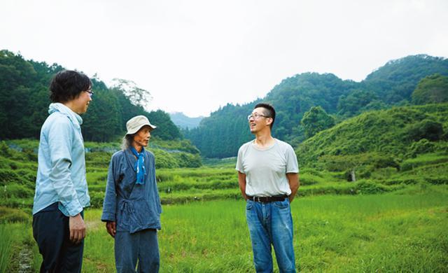画像: 久しぶりに棚田にやってきた川口さんを塾生たちは大歓迎。畑の近況や栽培の疑問点などについて尋ねる。塾生は都会から参加している人が多いそう