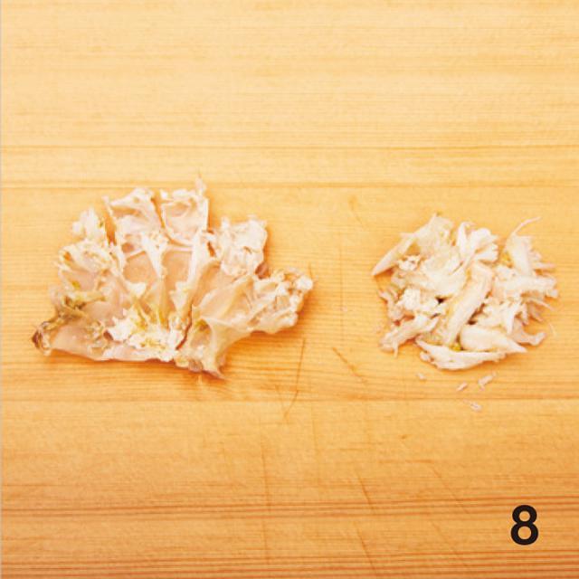 画像: 8 菜箸などで、中央から脚の付け根の方向に向かって、押し出すように身を外す
