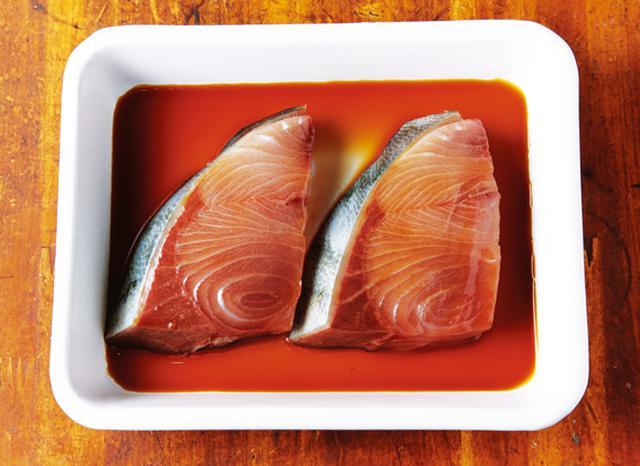 画像: 切り身は、しょうゆで下味をつける。一度、上下を返すとよい