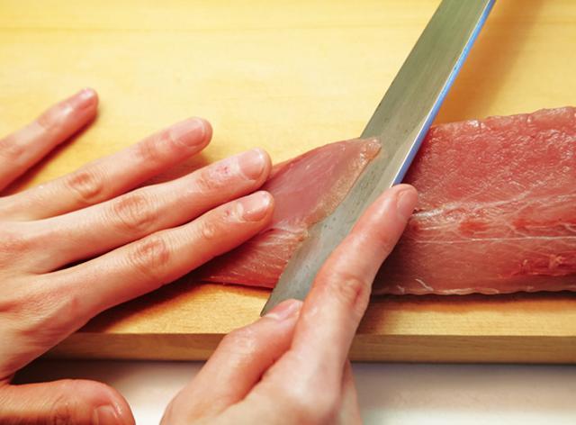 画像: 刃元から刃先にかけて包丁を滑らせるイメージで、薄く切る