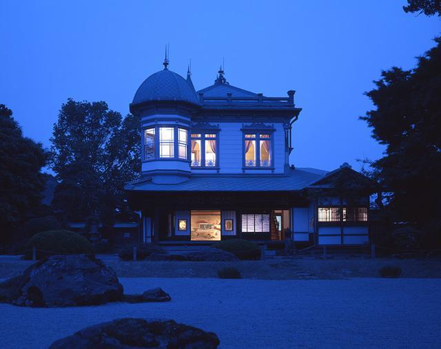 画像: 宵闇に溶け込む建物のシルエットに邸宅の灯りが幻想的に浮かび上がる