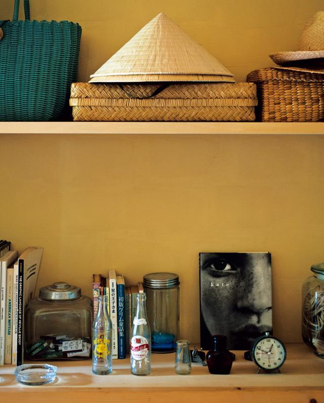 画像: 徳田家の収納は、壁に板を渡しただけのオープン棚が多数。出すのも戻すのも楽しくなるような見せる収納