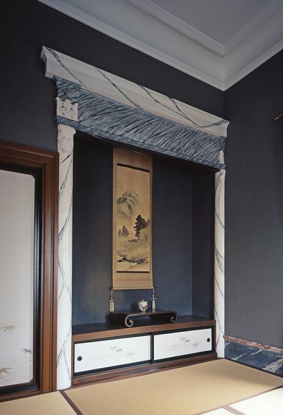 画像: 大理石風に仕上げた床柱などで床の間を飾った2階夫人室