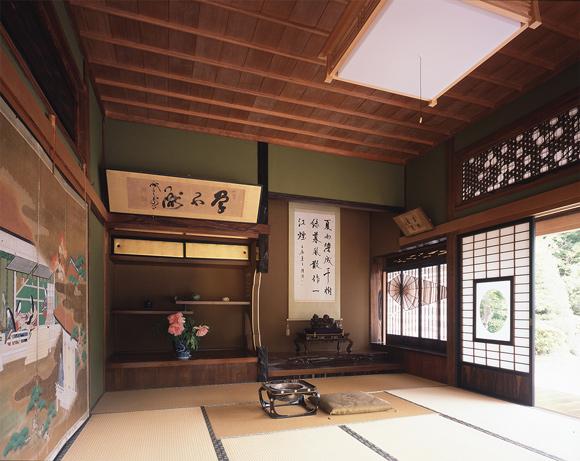 画像: 銘木をふんだんに使った1階の数寄屋造りの和室。2方向に縁側が廻る
