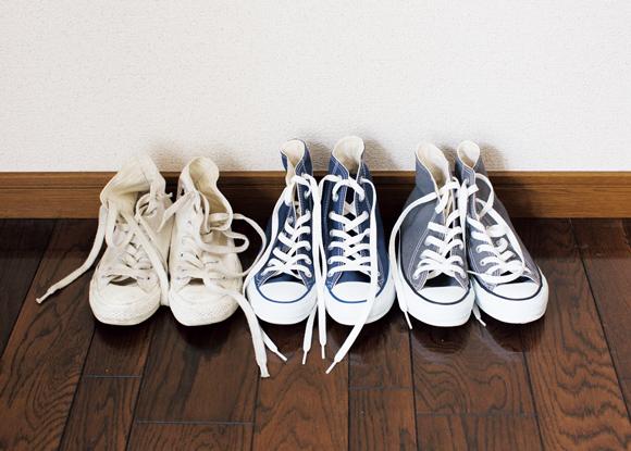 画像: 学生時代から、履きつぶしては買い替えつづけてきたコンバース。なぜか、いつもハイカット。「色も、生成、紺、グレーの3色と決まっていて。服もこの3色ばかりなので、どんなコーディネートにもぴったり合います」