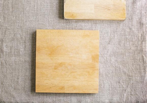 画像: 発売当初から使っている、「ラ・バーゼ」のゴムの木のまな板。刃の当たりが柔らかく、正方形サイズが使いやすいのがお気に入り。「2枚、持っていて、黒ずんできたら削り直しに出して、2枚を順繰りに使っています」