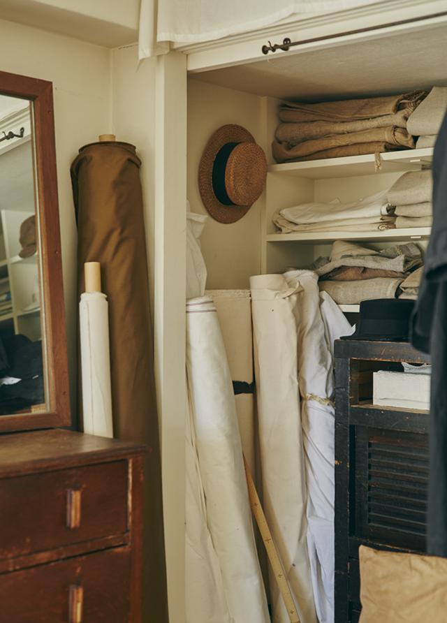 画像: 次男が独立したあと、ようやく手にした自分の個室を、アトリエにリフォーム。和室の押し入れ部分が、布のストックコーナーに。