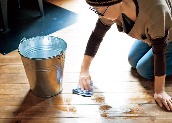 画像: 建てた際に柿渋を塗った床。雑巾がけのかいがあり、いい味わい