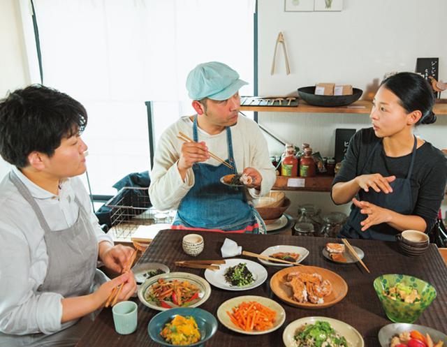 画像: 盛り上がる3人のおかず談議。「ふだん、ほかの料理家さんの料理を食べることはないので、楽しいですね」(タナカさん)