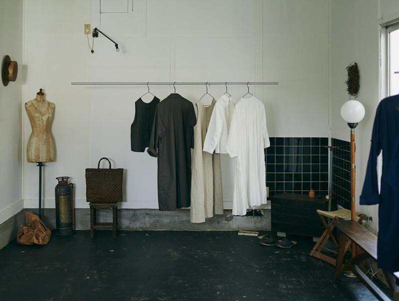 画像: もとはスナックだった空間を借りてオープンした「山中倉庫」。不定期でチクチクや、つながりのある作家さんの展示会を開いています。