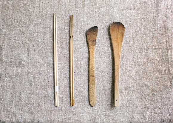 画像: 有次の菜箸は、2種類あるうちの長いほう。「家庭で使うのであれば、細めのタイプでは繊細すぎる気がして」。木べらは東京・合羽橋にある「キッチンワールドTDI」で。へら部分がコンパクトなのが、使いやすさの秘密