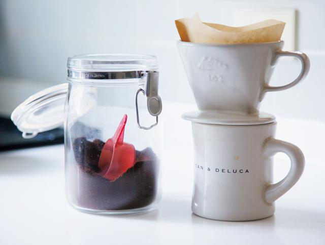 画像: 自分のためにコーヒーを淹れて、雨戸を開けたり、朝食の準備をしたり。毎朝の、ゆったりとしたウォーミングアップの時間