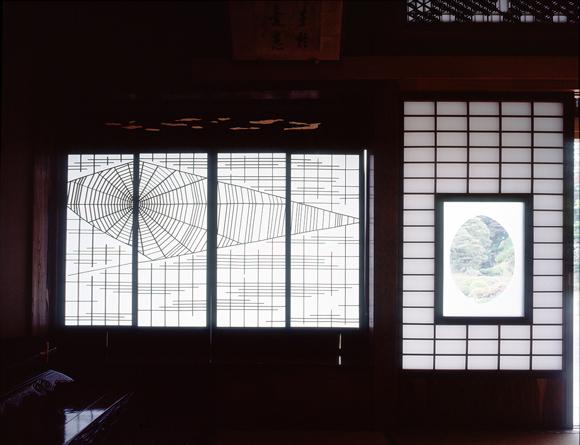 画像: まるで蜘蛛の巣のように複雑に組まれた書院窓の障子の桟