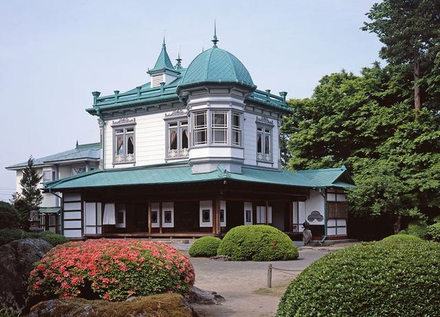画像: 和館の上に洋館を載せた和洋折衷の館は存在感抜群。1階の屋根には八角形の展望室が載る