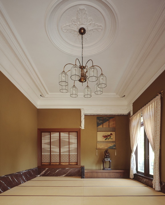 画像: 2階の主人室は漆喰の中心飾りや天井回りのモールディングが洋風なイメージ