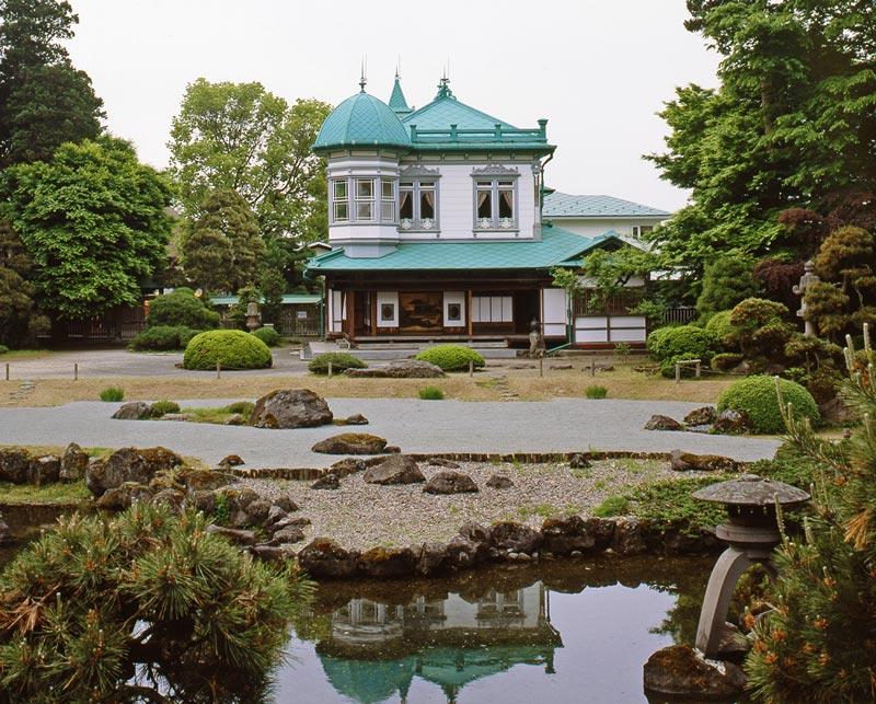 画像: 枯山水地泉回遊式の名庭園「盛美園」の一画に建つ