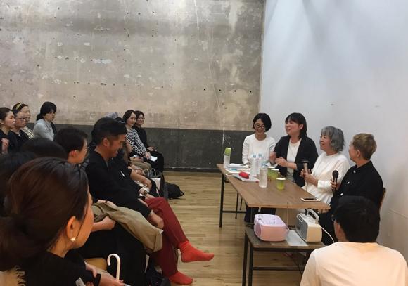 画像: トークイベントの会場の様子。山中さん、横尾さんの明るい本音が飛び交いました。