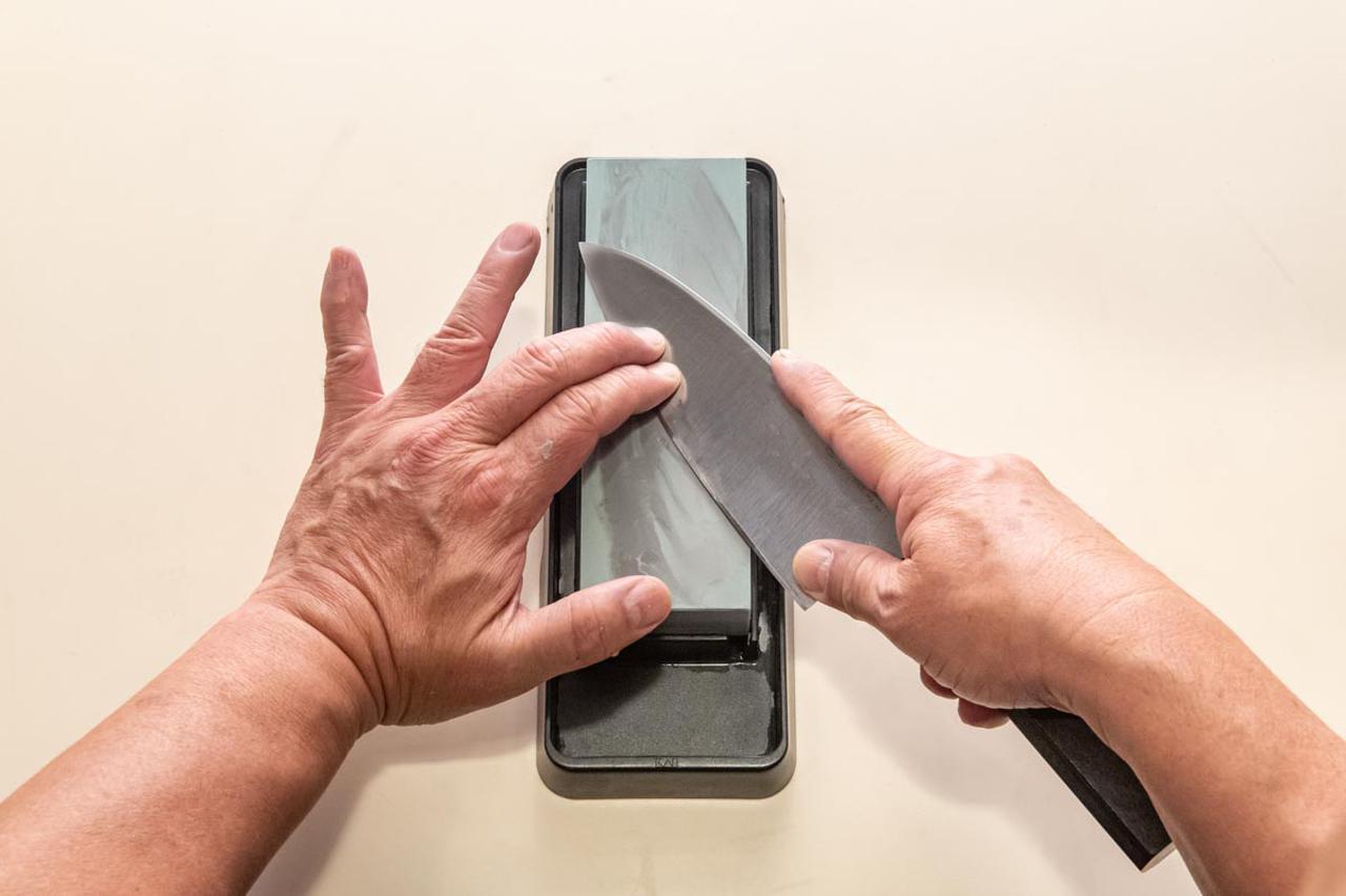 画像: 刃中の次は、切っ先の近くを研ぐ