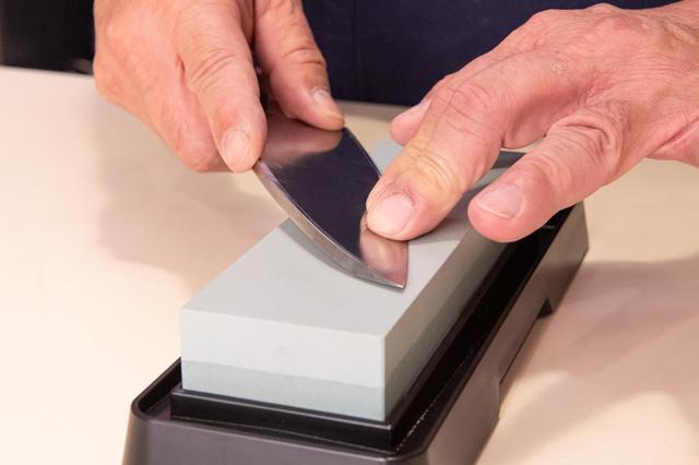 画像: 砥石に対して包丁を斜めに置く