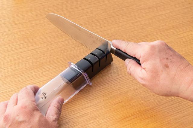 画像: 簡易研ぎ器も悪くはない。特徴を理解して砥石とうまく使い分けるといい