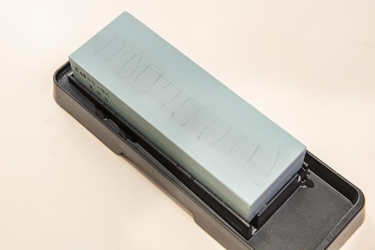 画像: 鉛筆跡が残っている部分が、砥石のへこんでいる部分