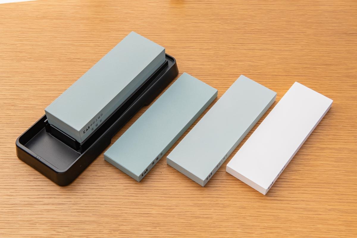 画像: 左より荒砥石と中砥石が一体になった「コンビ砥石」、荒砥石、中砥石、仕上げ砥石(いずれも貝印)