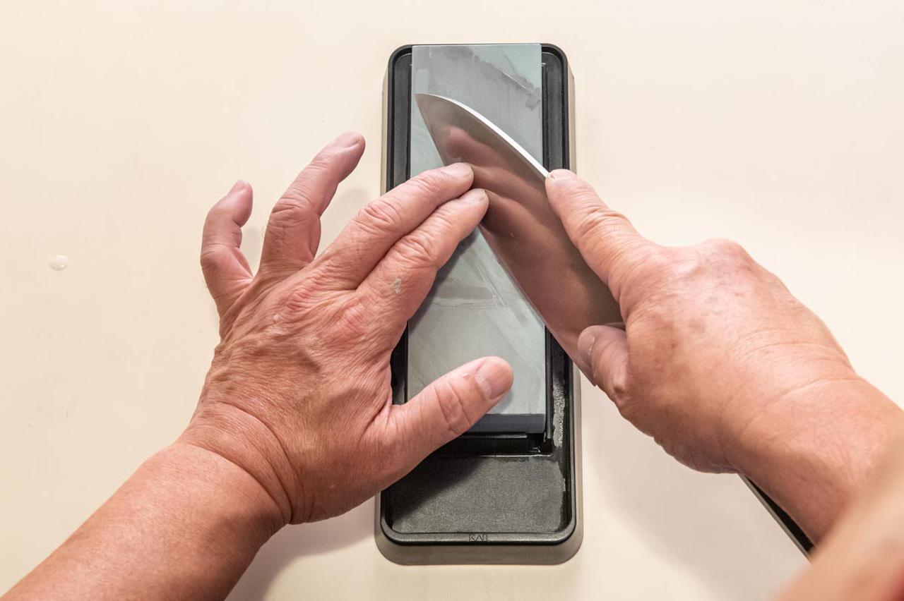 画像: 刃と砥石の間は約40~45度に維持したまま、少しだけ研いでいく
