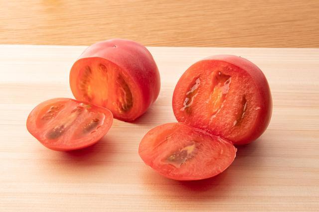 画像: 左はよく切れる包丁で切ったもので、断面はつややか。右は切れ味の悪い包丁で切ってあり、繊維がつぶれています。「よく切れる包丁なら、食材の組織を壊さずに切れるため、舌触りや味、食材によっては鮮度にも影響します」と林さん
