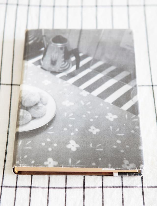 画像: ノートのカバーに使ったのは堀井さんが撮った写真。後年、スウェーデンの知人宅でひと目惚れしたティーポットを主役に