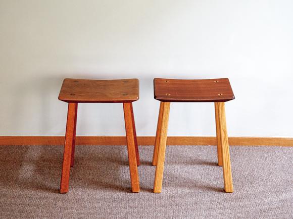 画像: 最近、2脚目を購入した家具職人・斉藤衛さんのスツール クローゼットやパントリーに置いておき、高い位置のものを取り出すときに踏み台として使っている。やや湾曲した座面は安定感がある。左は17年前に購入したもの。右が最近、買い足したもの