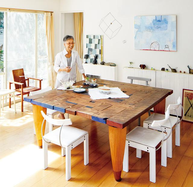 画像: 中川久嗣さんの「PUZZLEテーブル」 さまざまな種類の木をさまざまな形や大きさにカットし、パズルのように組み合わせたテーブルは、155cm角。いろんな場所で育った樹木に想いを馳せながら暮らしてもらいたいとの願いが込められている