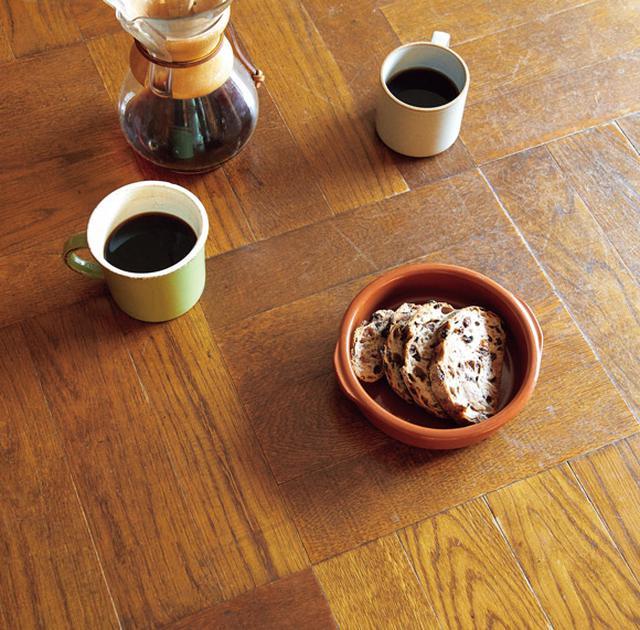 画像: テーブルの天板は寄木になっている。コーヒーを入れるのは正一郎さんの役目。おやつはタルイベーカリーのパン