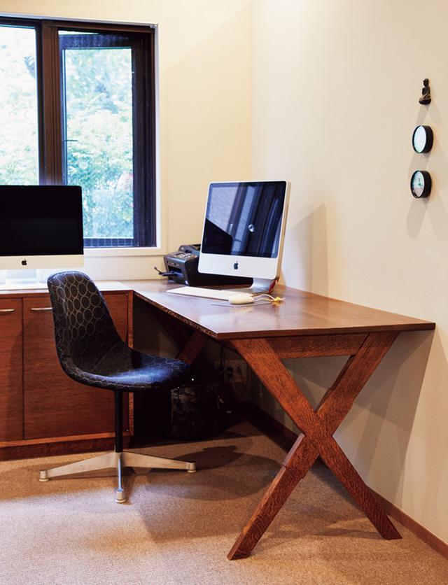 画像: 人が集まるときにはデスクと組み合わせて パソコンデスクは、「スタンダードトレード」で、ダイニングテーブルの高さに合わせてつくってもらったもの。来客時には、ふたつを組み合わせると、広々とした食卓をつくることができる