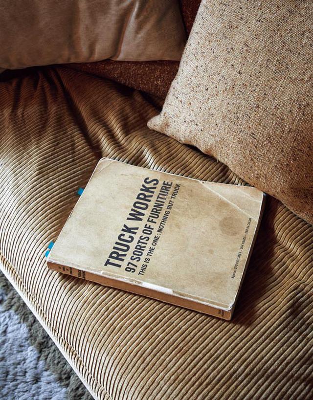画像: ボロボロになるまでページをめくったカタログ 「トラック」オーナー・黄瀬徳彦さんと唐津裕美さんが、みずから写真を撮り手がけた一冊。発行当時、インテリア好きの間で大きな評判を呼んだ。相場さんもバイブルのように何度も眺めたそう