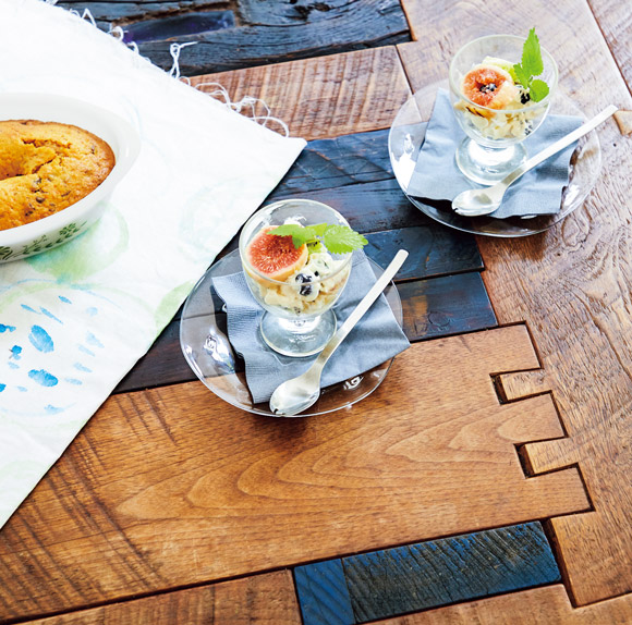 画像: 中川さんが、テーブルにもブルーを取り入れてくれた。ところどころ、パズルのように木のピースを取り外せる